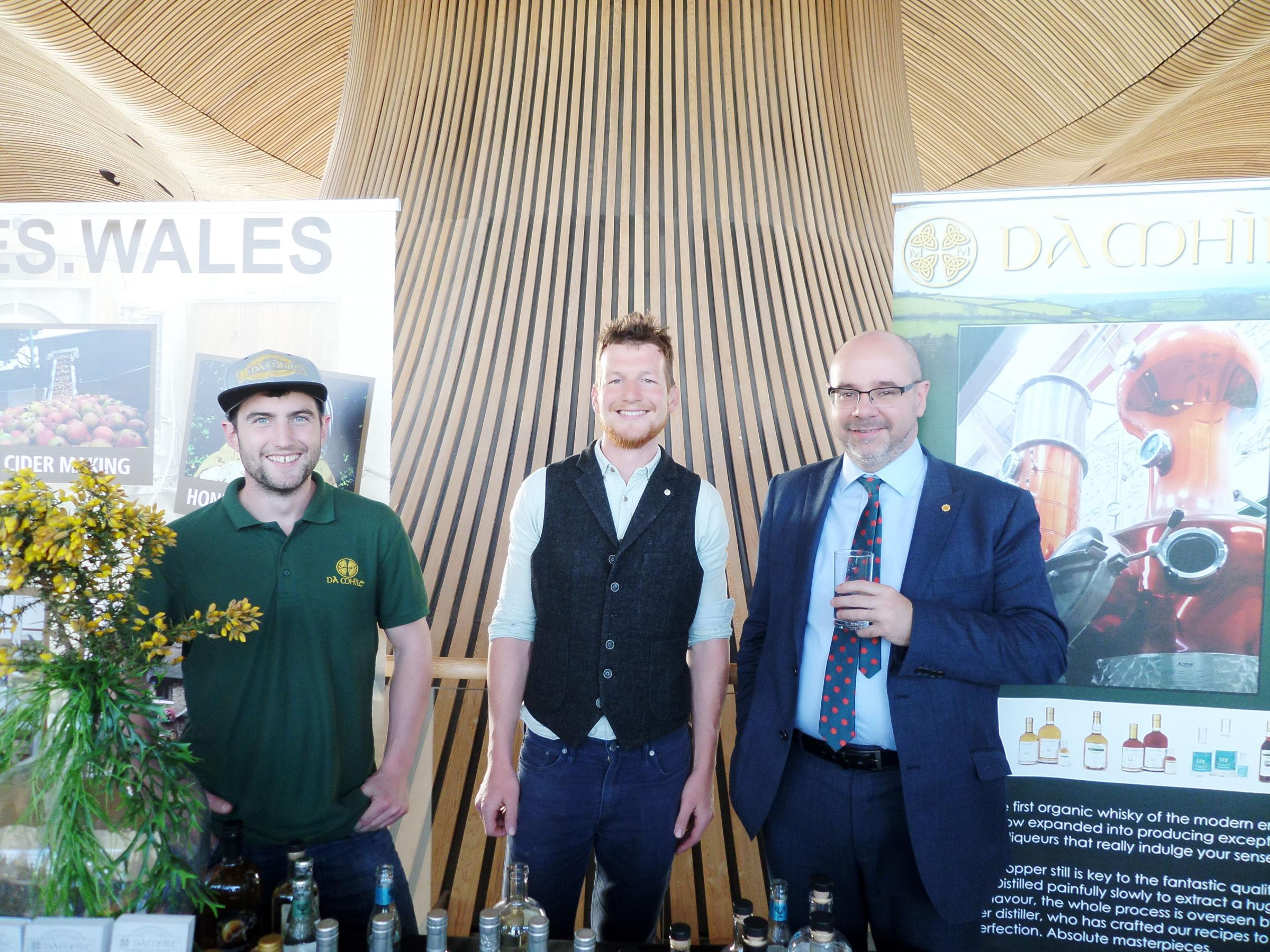 AM Simon Thomas (right) met with Rob and Finn from the Dà Mhìle Distillery at a showcase of producers in the Senedd